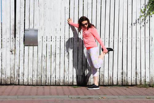 Modell beim Stretchen in Leggings